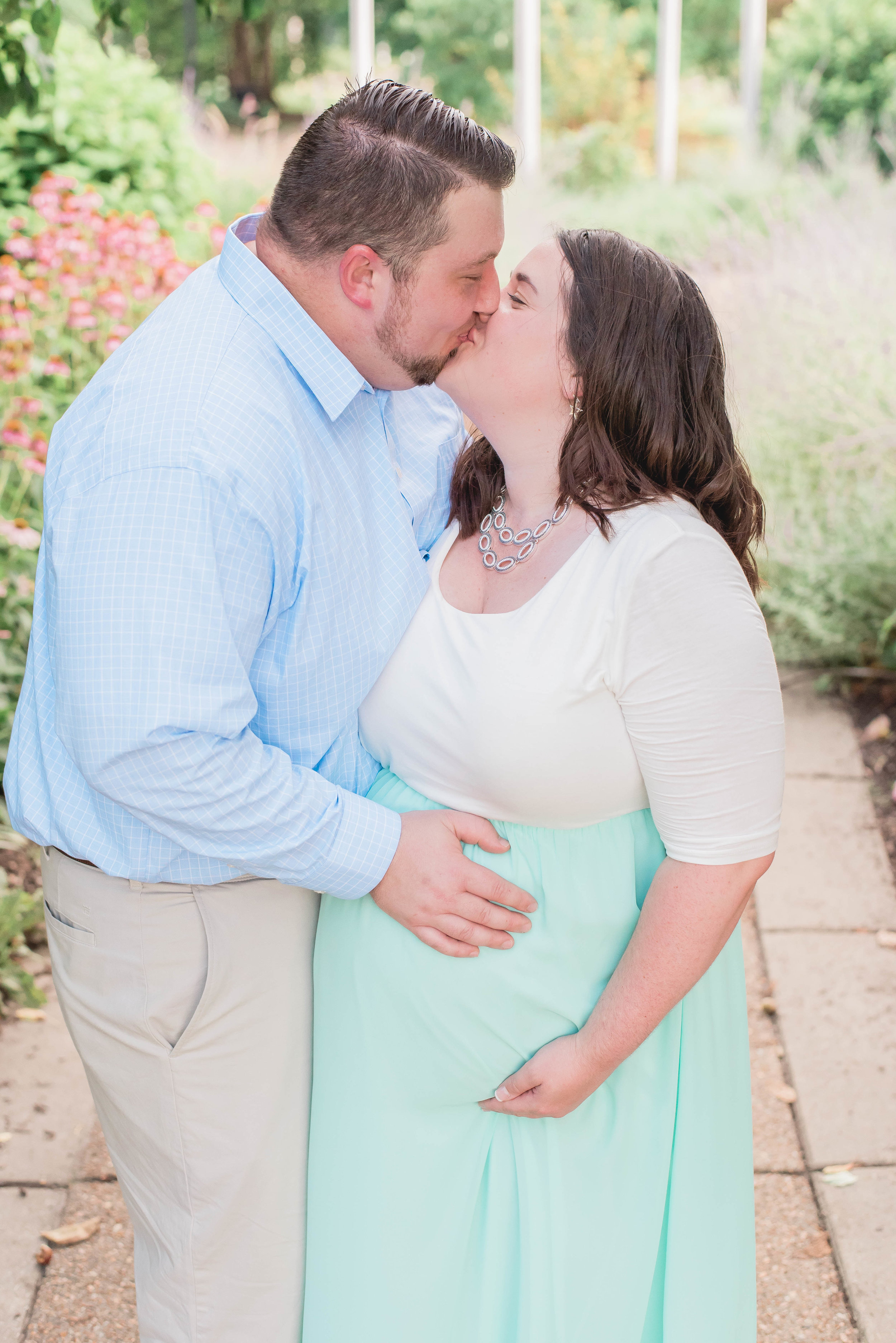 kissing maternity picture