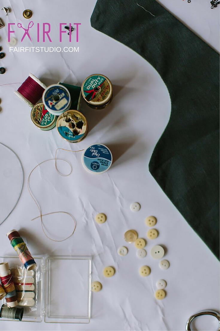 Your sewing machine and tools can make or break your sewing experience. In this post and downloadable guide, find out what you REALLY need in your sewing kit- Click through to get the FREE GUIDE!