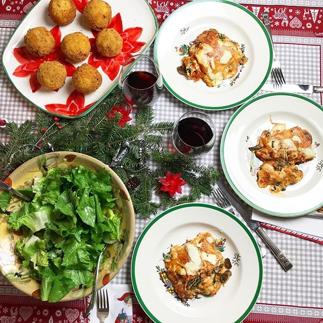 Christmas dinner merry & bright with arancini & gluten-free lasagna made with delicious @cappellos lasagna sheets. 🎄🎁🤶🏼🎅🏼