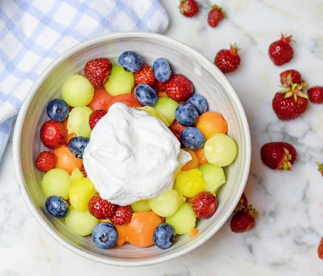 Having a sweet tooth in the summer is no problem with all the fresh fruit topped with my favorite (dairy-free) @anitasyogurt. 🌈🥥🏝😎