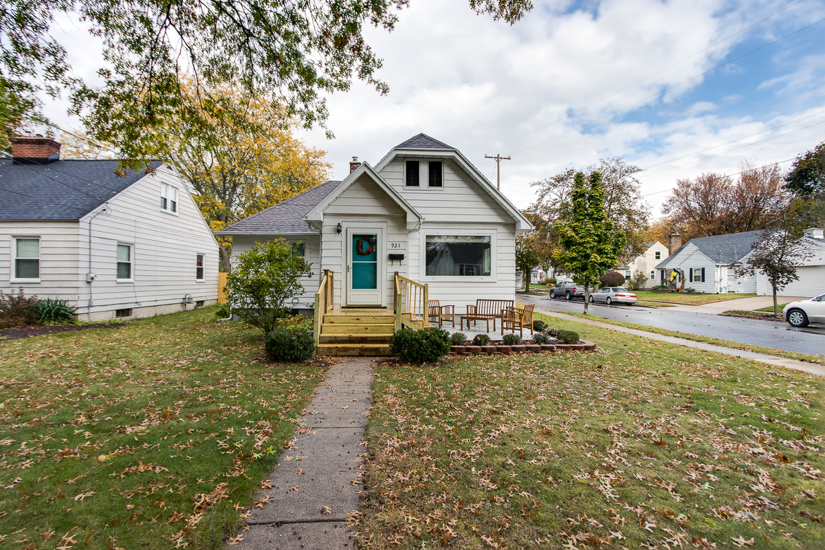 921 Nevada SE, Grand Rapids - Adorable in Alger  Heights!