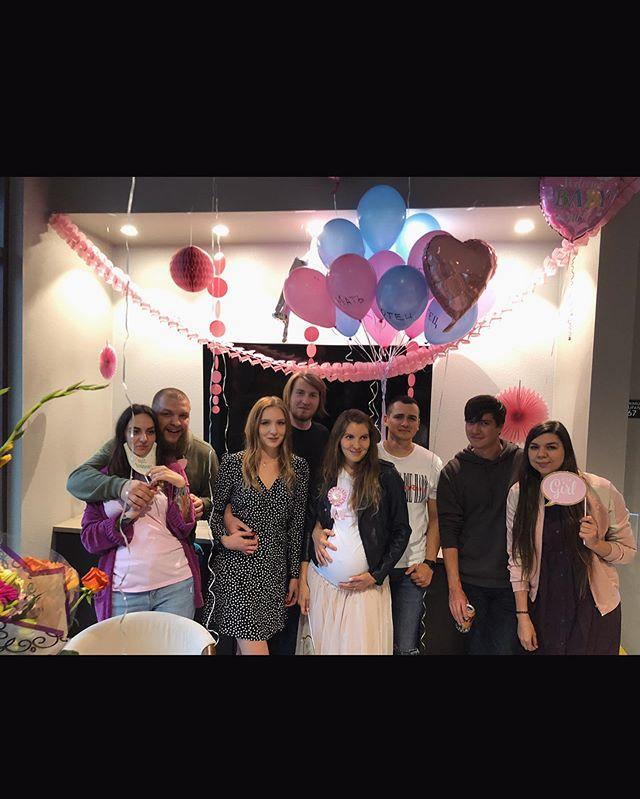 Фотки с друзьями теперь у всех только в сториз уходят. Не надо так. 🍼 🥳 💝  #babyshower #itsagirl #newfamily #friendswillbefriends #goodtimes
