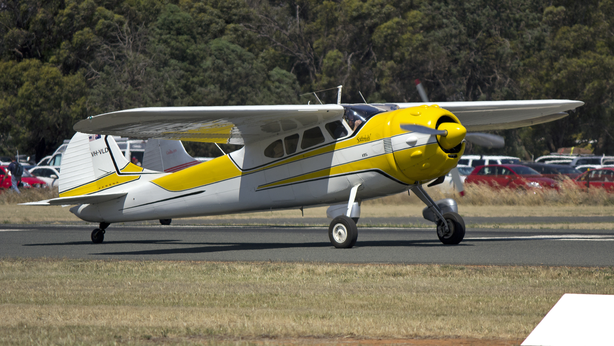1953_Cessna_195B_(VH-VLD)_on_Runway_36_at_Temora_Airport.jpg