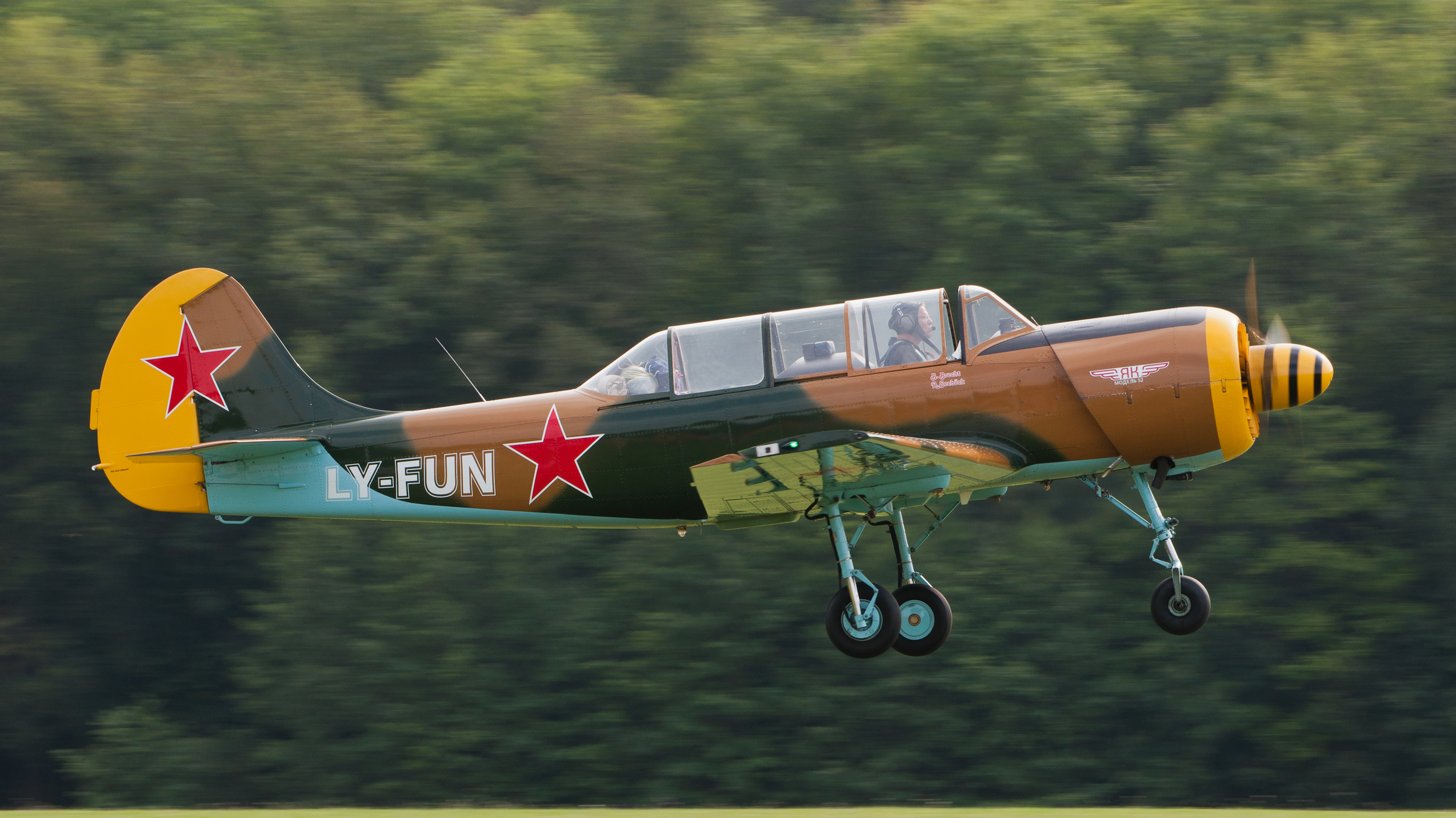 Yak_52_LY-FUN_OTT_2013_04.jpg