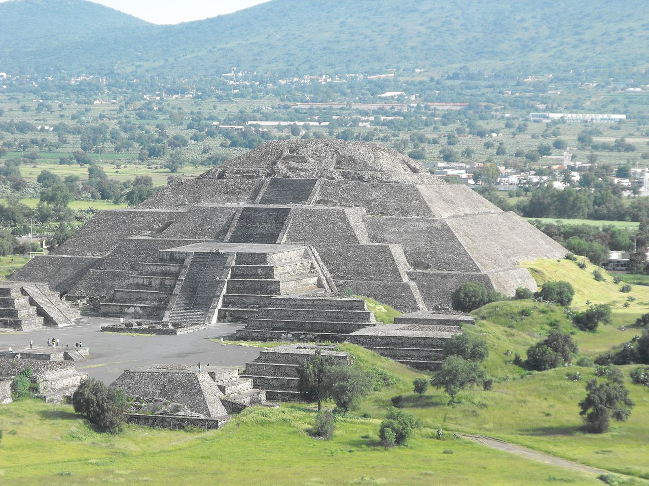 Pyramid_of_the_Moon_-_Teotihuacan_-_Mexico_-_panoramio.jpg