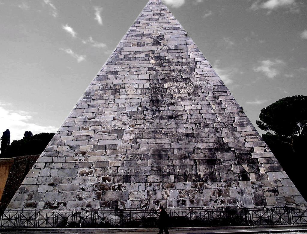 Piramide_Cestia_-_zacharym.jpg