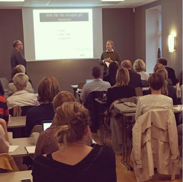 Styreleder i MFF, Maja Marum, ønsker foredragsholder Rune Wikstøl velkommen.