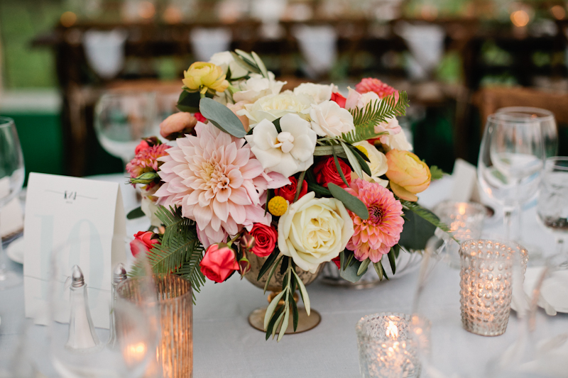 Fleur-Inc-Wedding-Lake-Geneva-Lakeside-Wedding-Five-Grain-Events-Anna-Guziak-Lush-tent-wedding-centerpiece