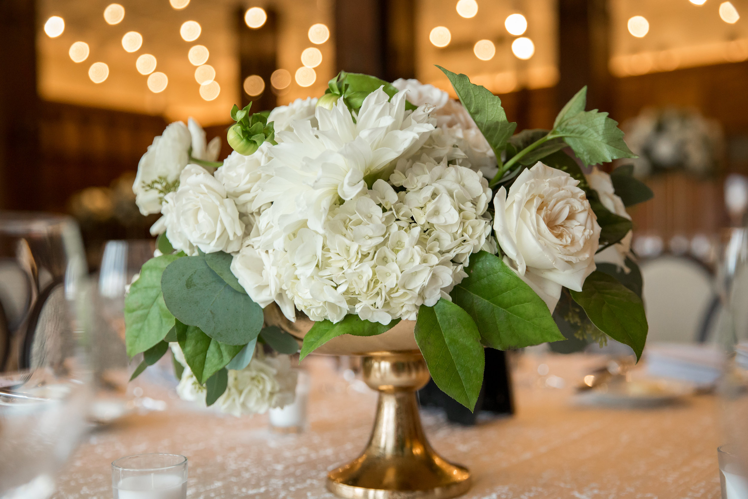 Wedding Flowers by Fleur Inc, Photo by Ann & Kam Photography, Planning by LK Events.  Lush and low centerpiece at the Chicago Athletic Association.