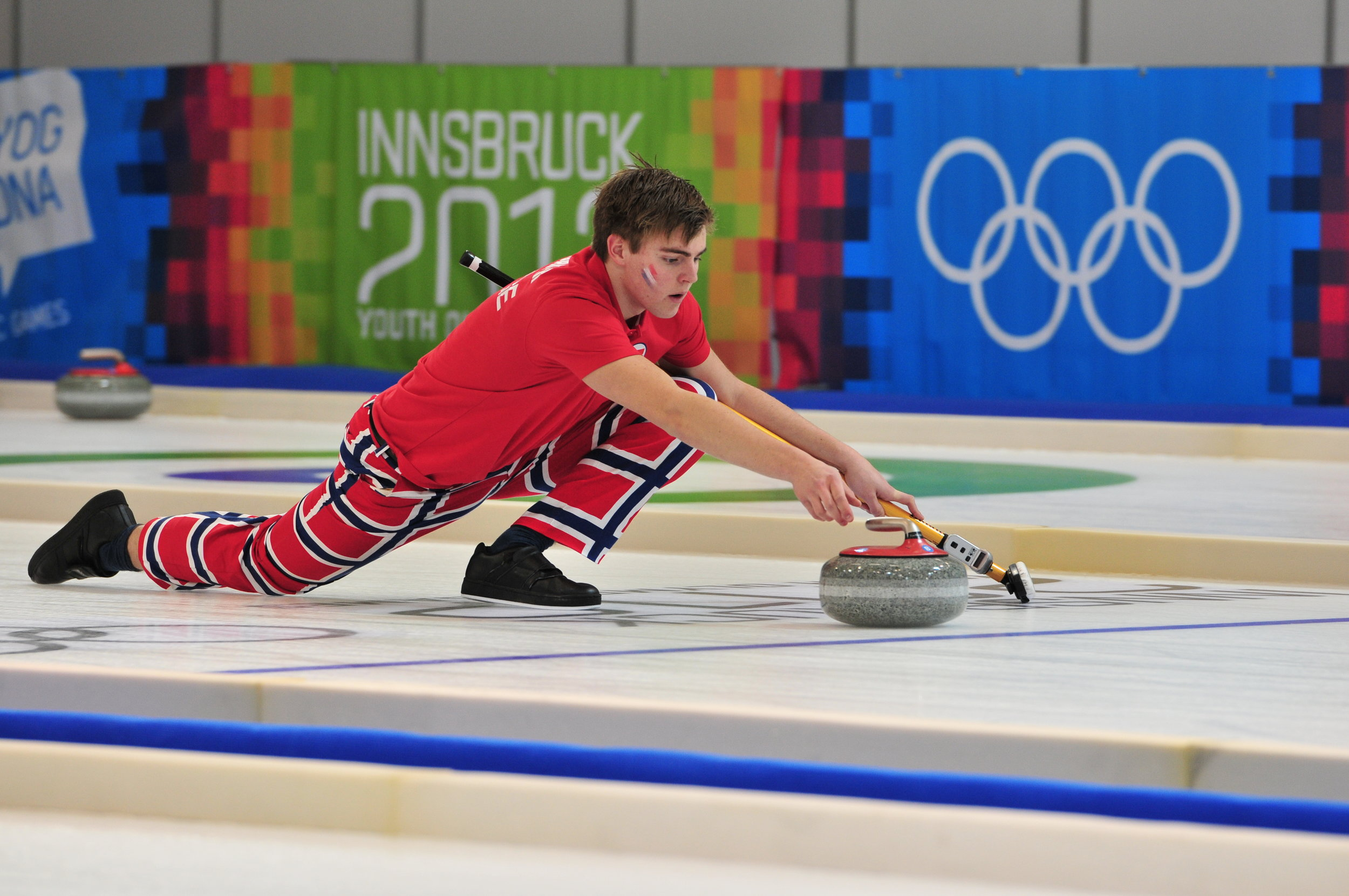 A curler at the 2012 Junior Olympics. Photo by Ralf Roletschek