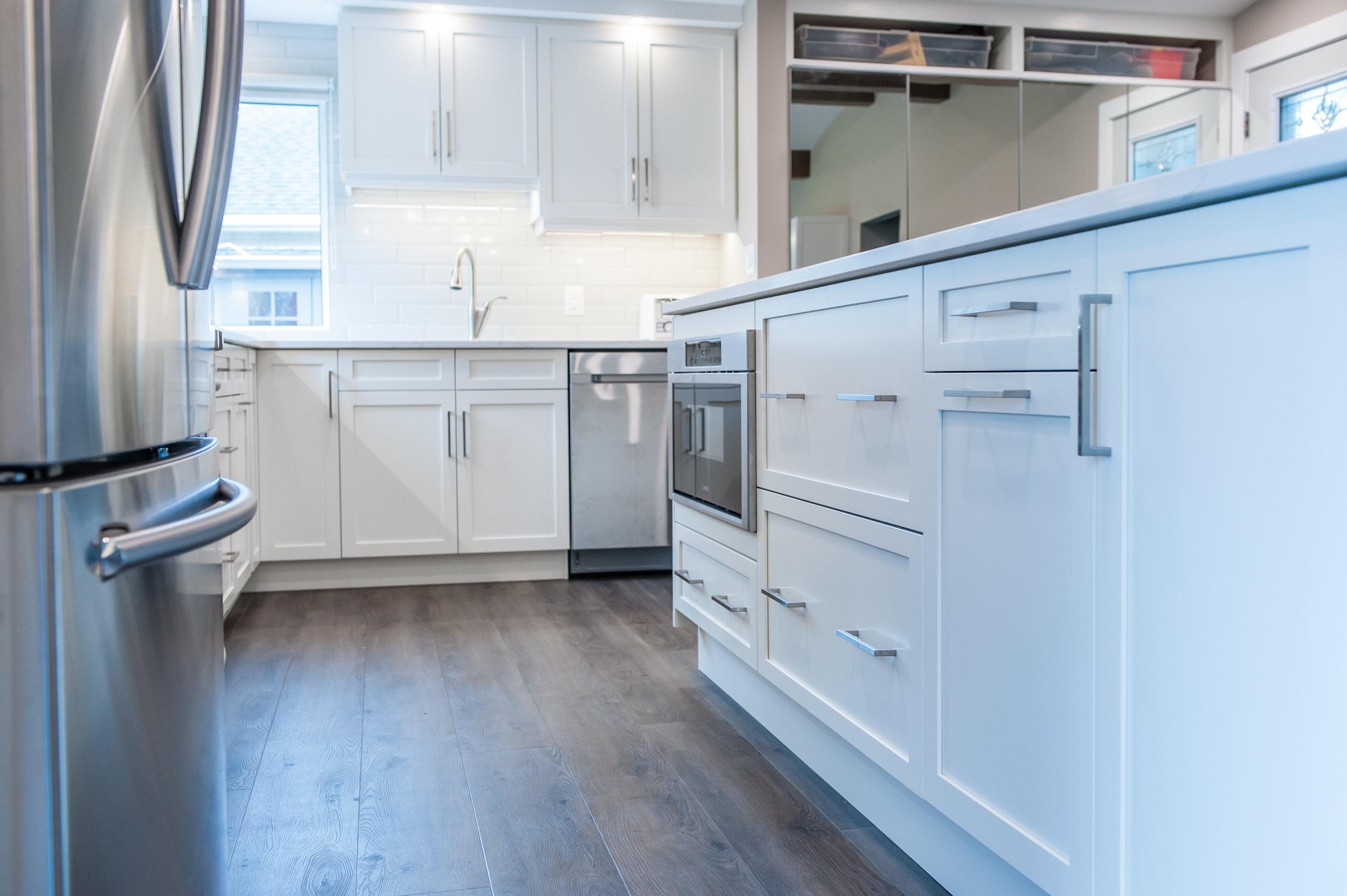 ktichen_white_cabinet_microwave