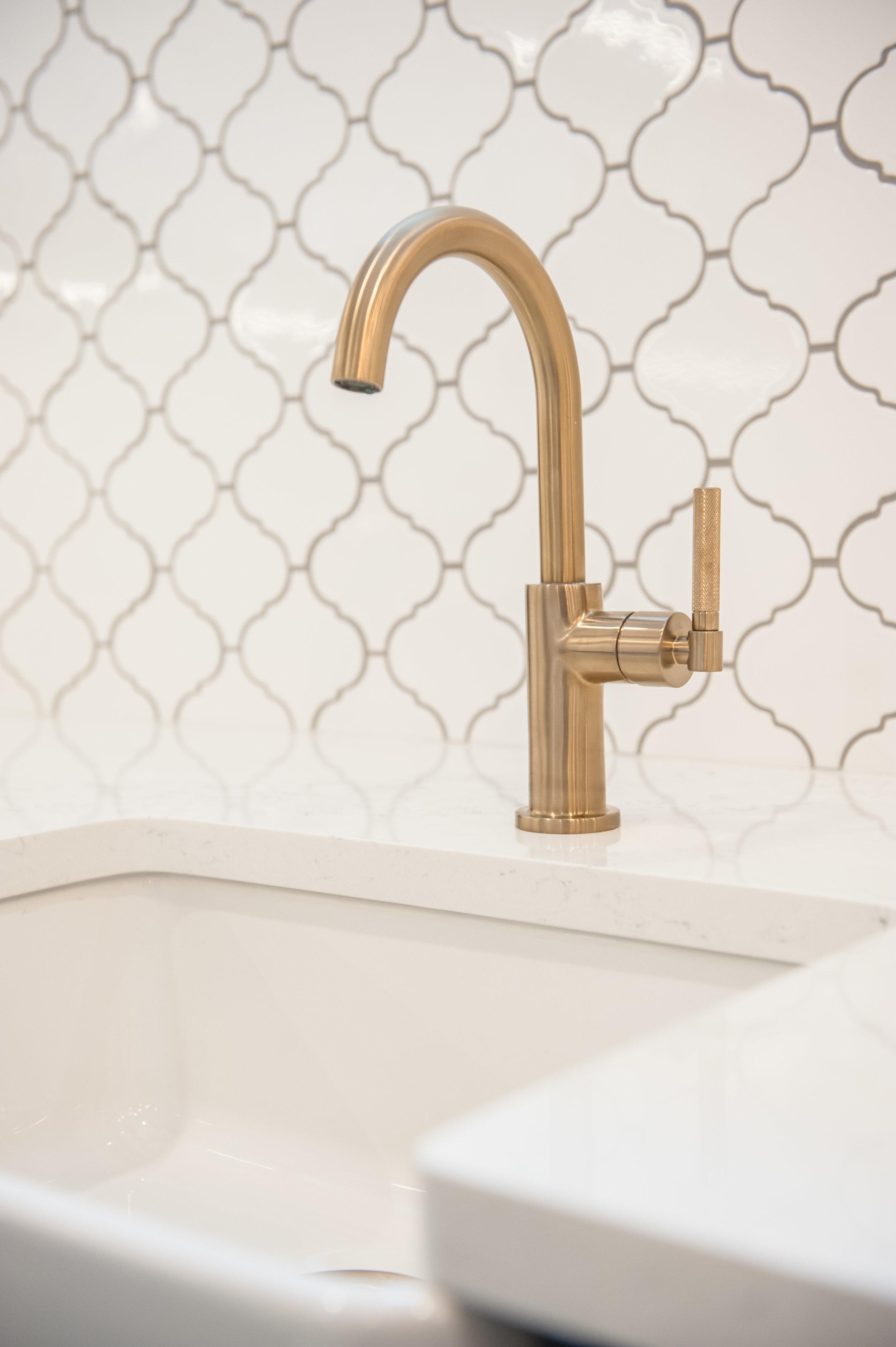 arabesque_tile_gold_faucet