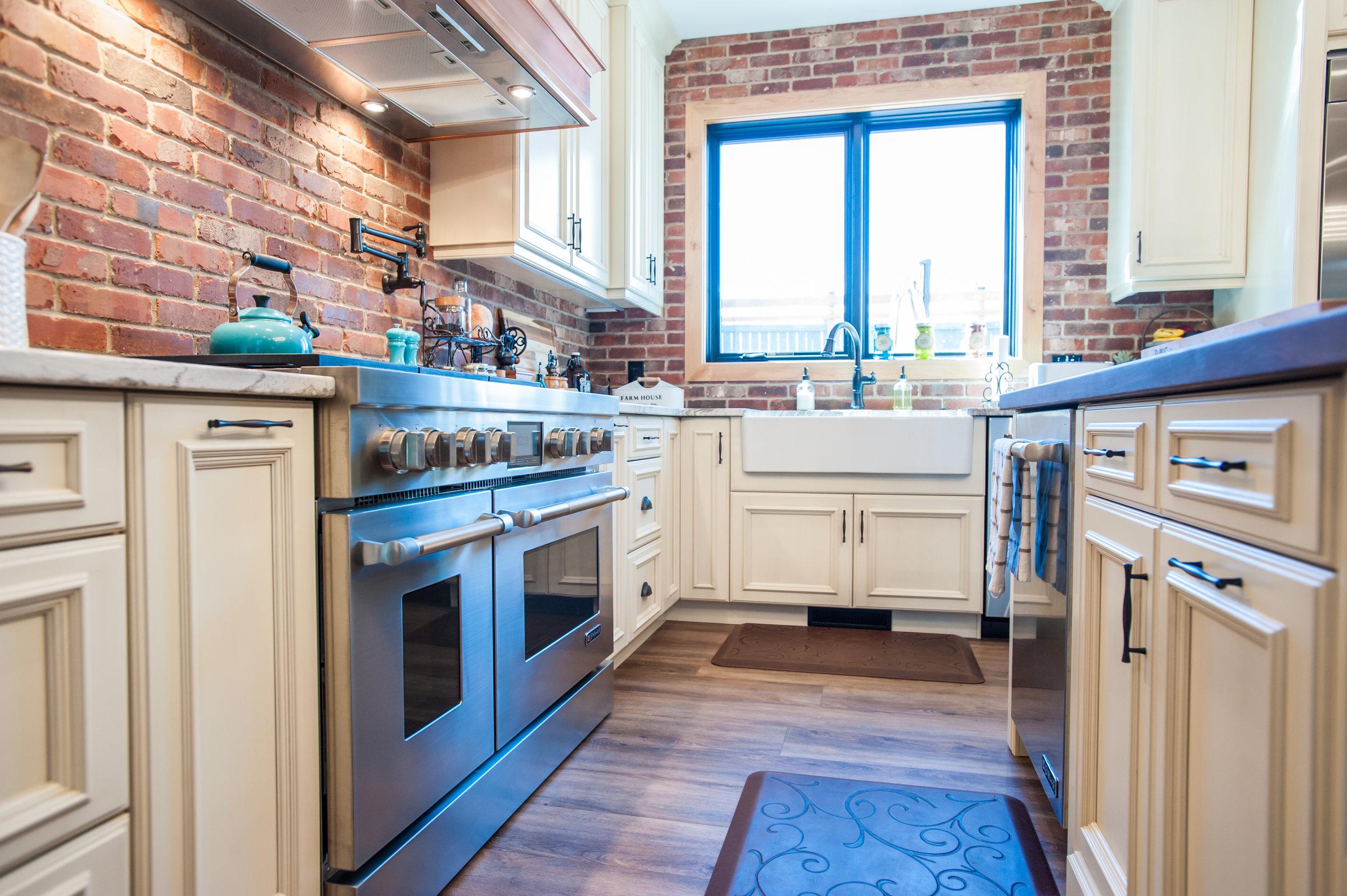 gas_range_traditional_kitchen_brick