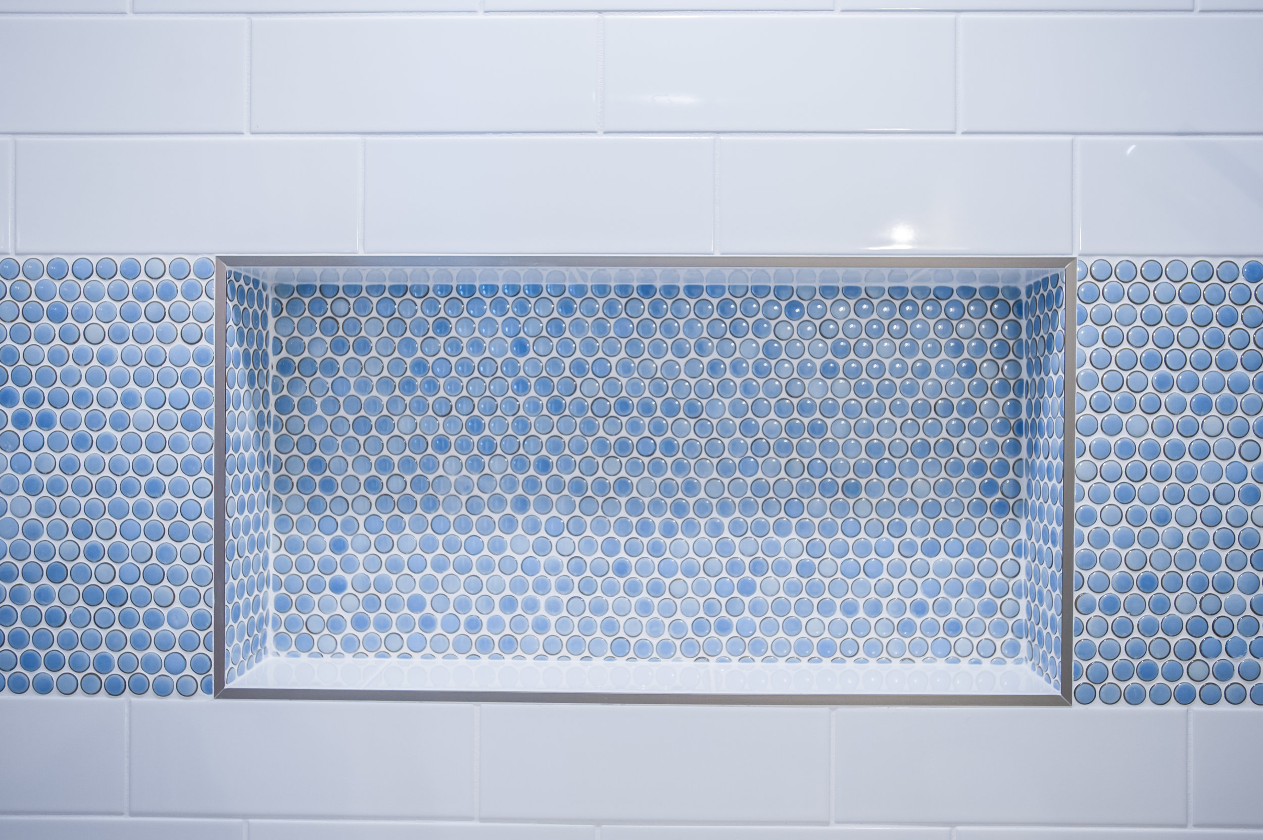 shower_niche_blue_pennyround_white_tile