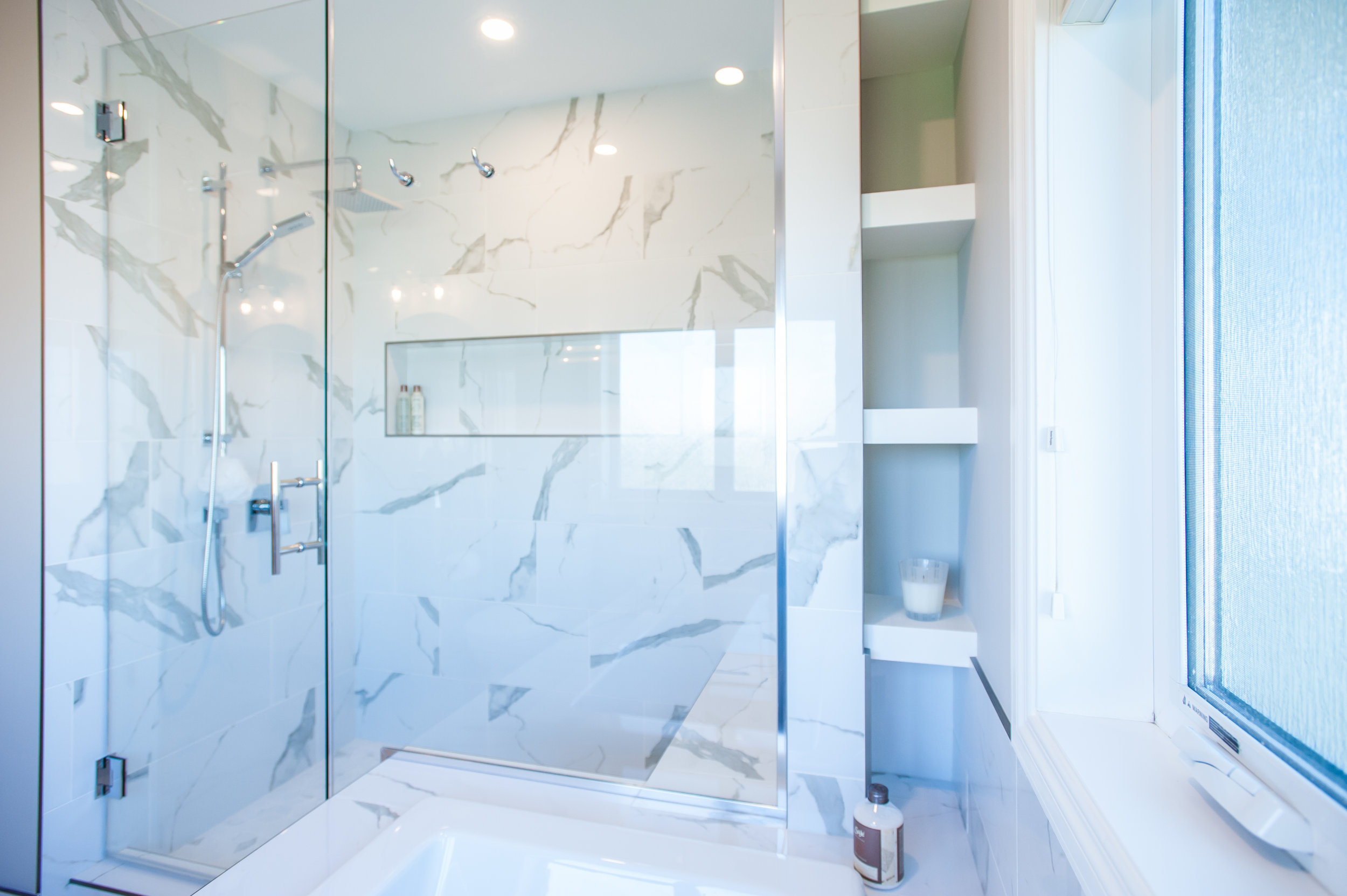 tile_shower_tub_niche_white_grey_marble_calacatta