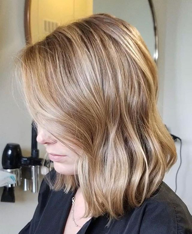 """Freshened up this grown out highlight with some warmer, brighter pieces. 🌞 Swipe to before → → cut & color by artist @nancymelendez_ DM her directly to schedule an appointment or click the """"Book"""" located in bio. . . . #wellacolor #lastsatellitesalon #austinhair #austinhairstylist #txhairstylist #balayagehair #blondehair #78704 #southaustin #behindthechair #lobhaircut #austinblogger #austinsalon #southlamar #licensedtocreate #kevinmurphy #hairinspo #instahair #fbf #hairbynancymelendez"""