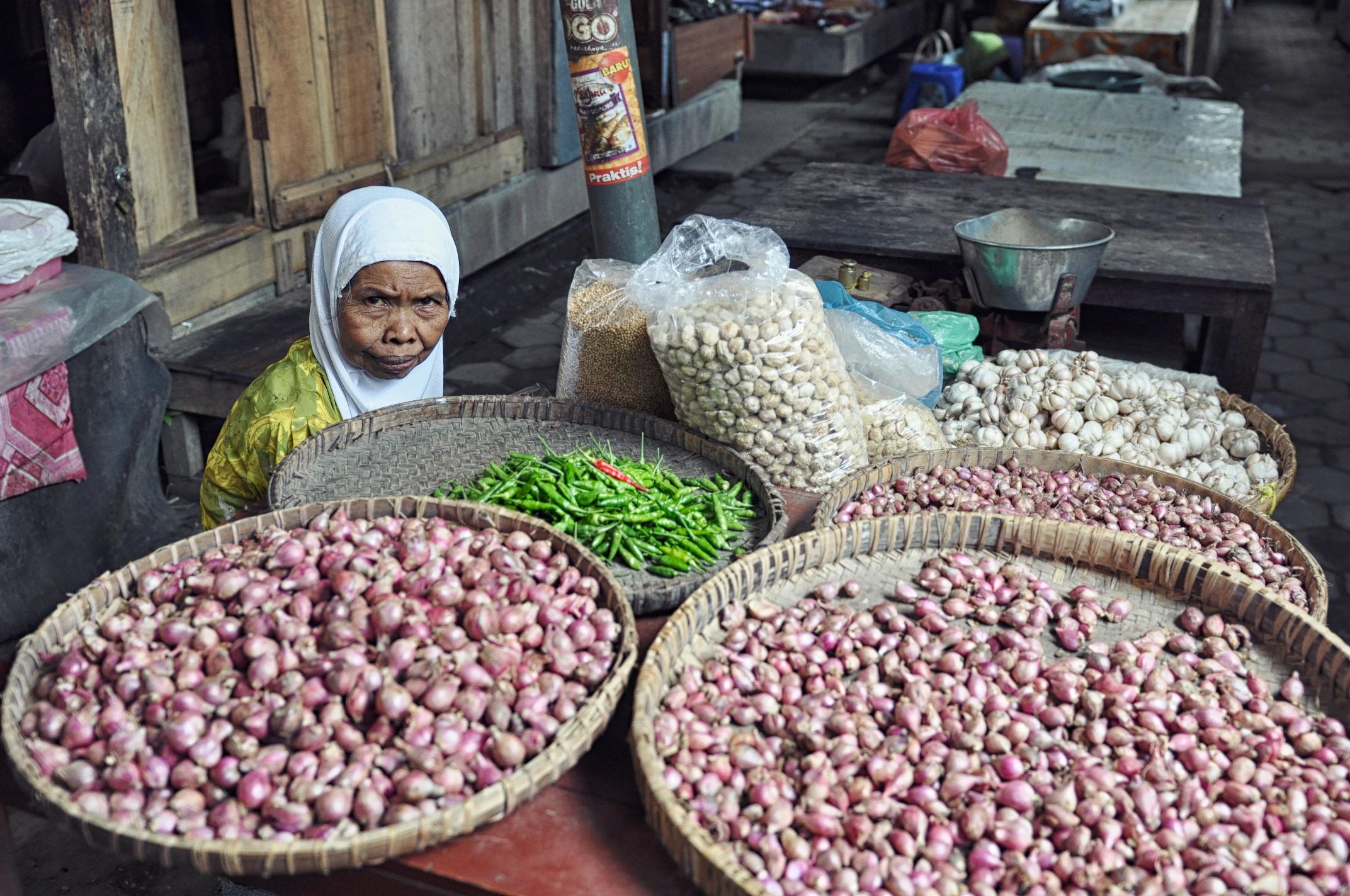 A local market vendor at Borobudur Market in Central Java, Indonesia| © Chavelli Tsui www.chavelli.com