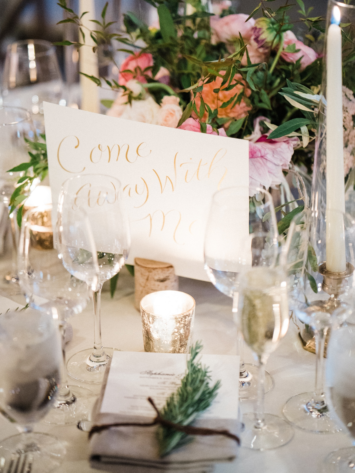 Table markers with song titles written in calligraphy // www.chavelli.com