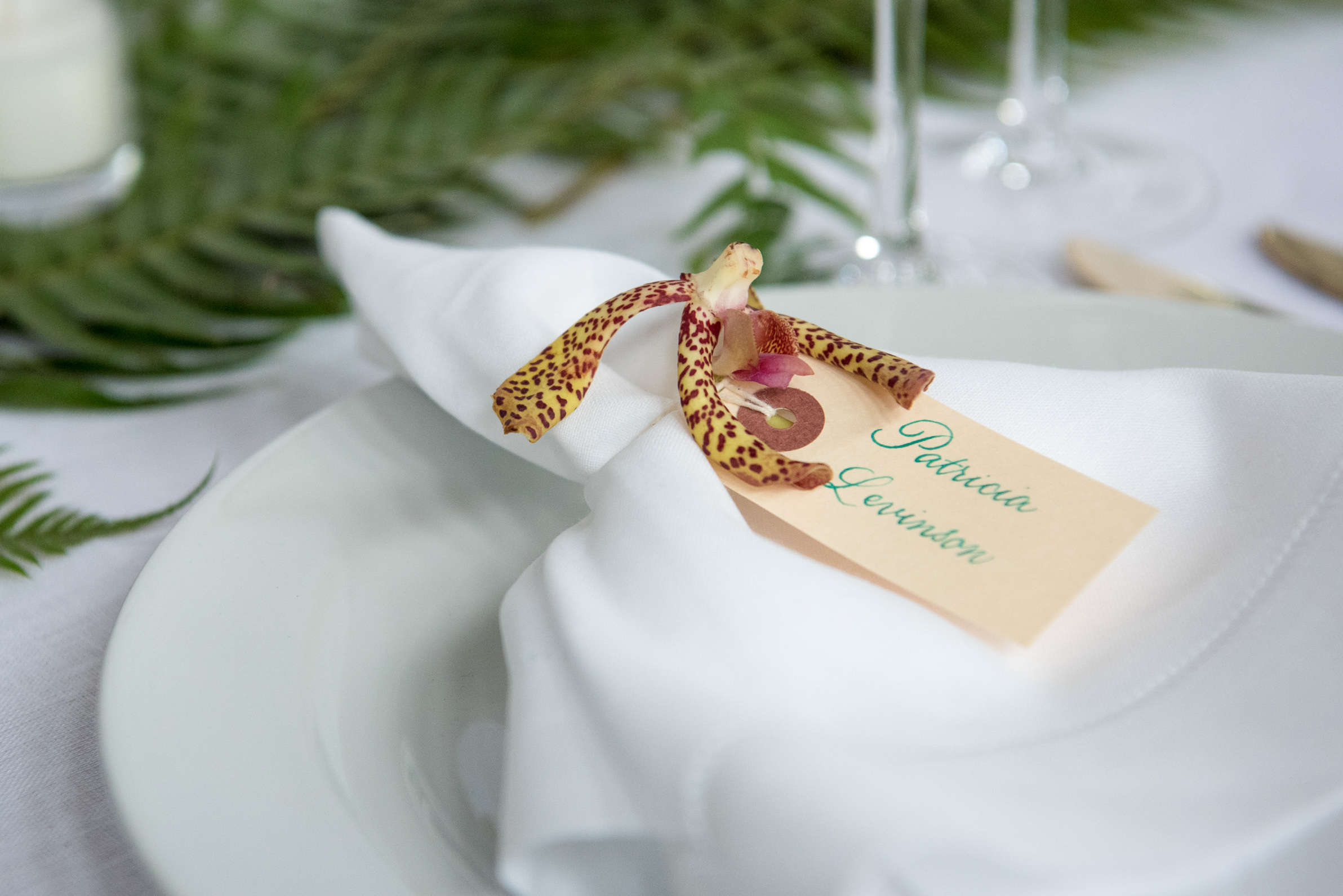 Name tags with flowers for wedding napkin folds | www.chavelli.com