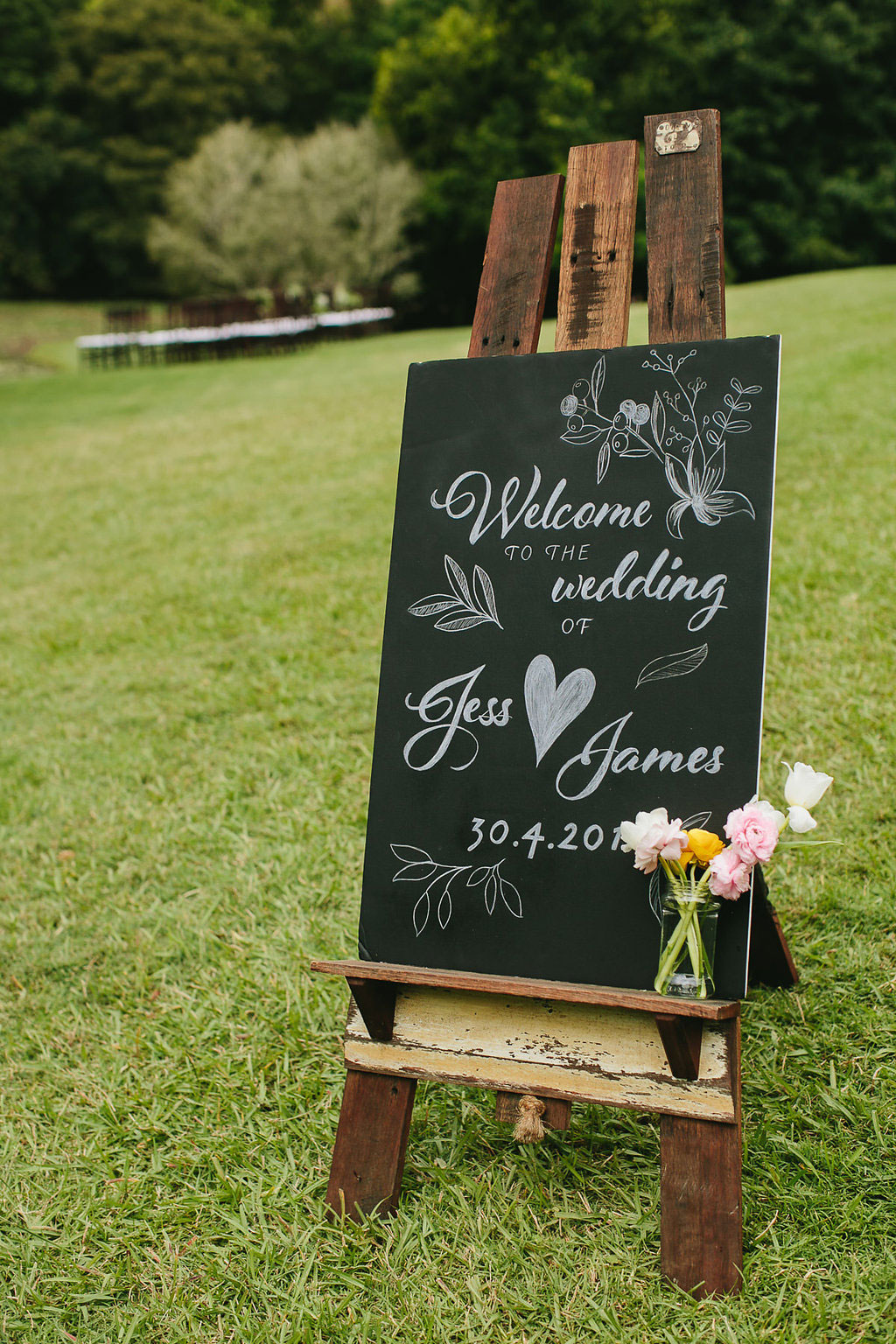 Wedding welcome chalkboard sign with hand-lettering   by www.chavelli.com