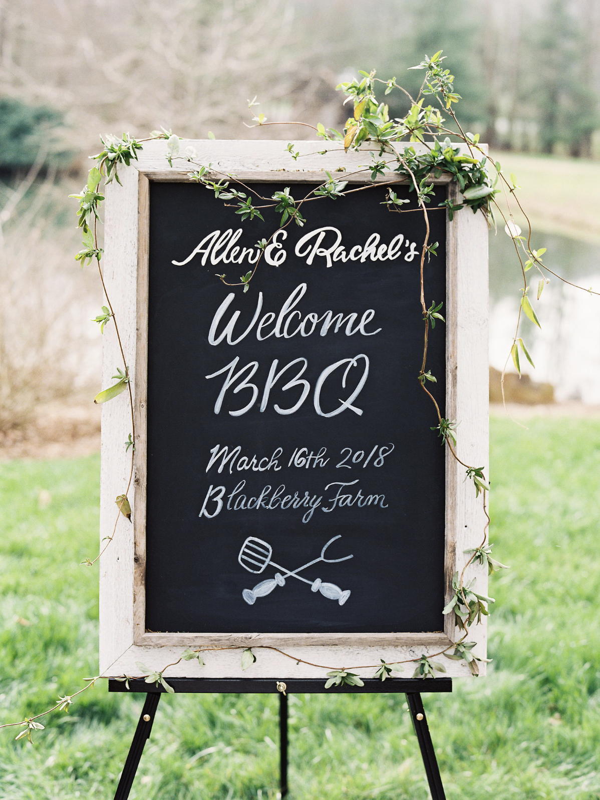 Chalkboard wedding welcome sign   by www.chavelli.com