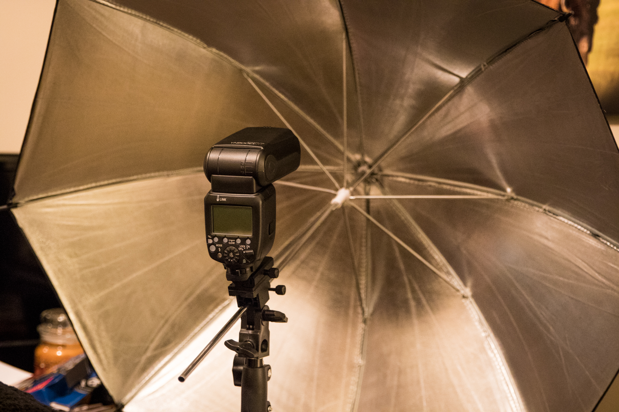 $100 speed light bouncing into an umbrella