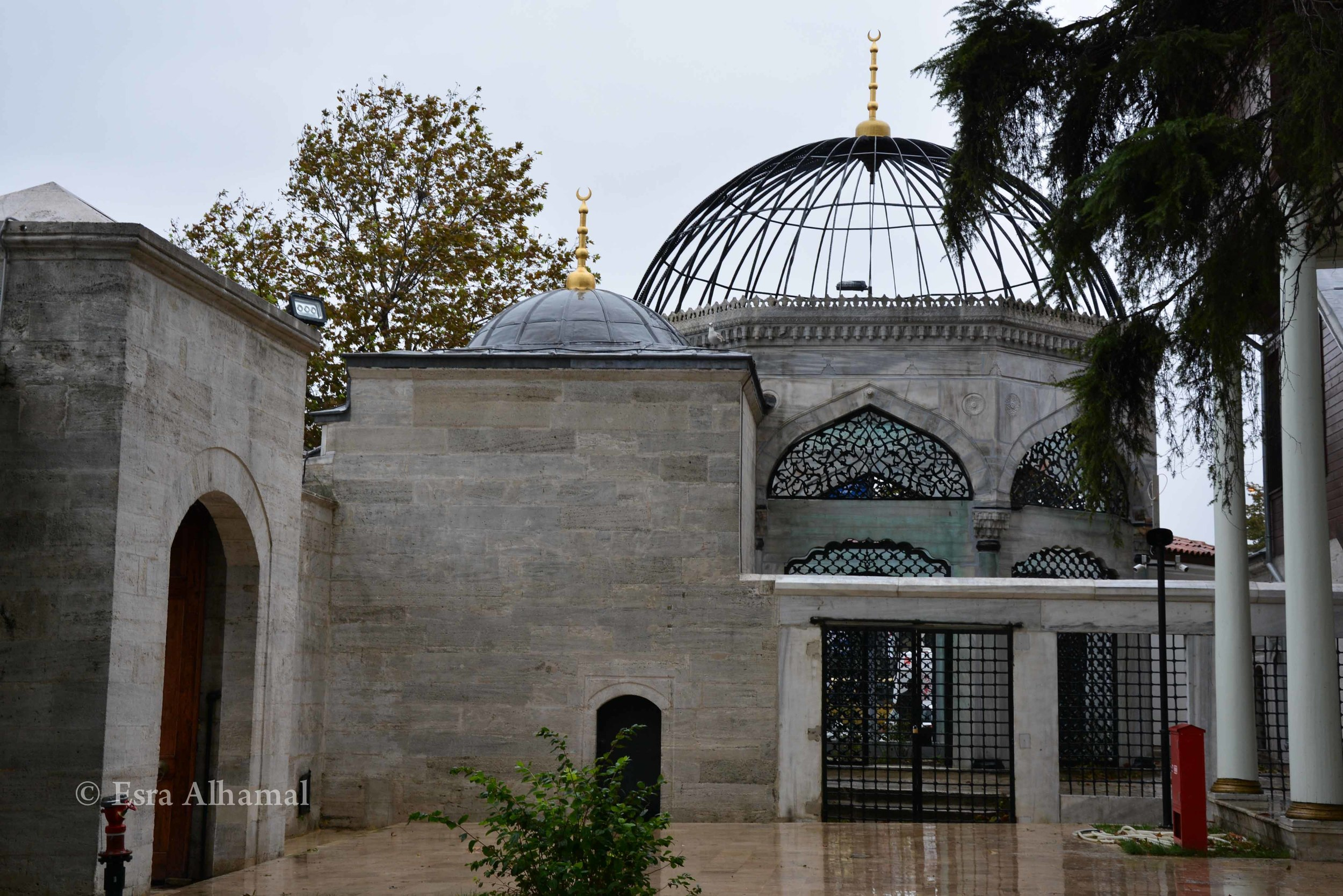 Yeni Valide Mosque on the outside