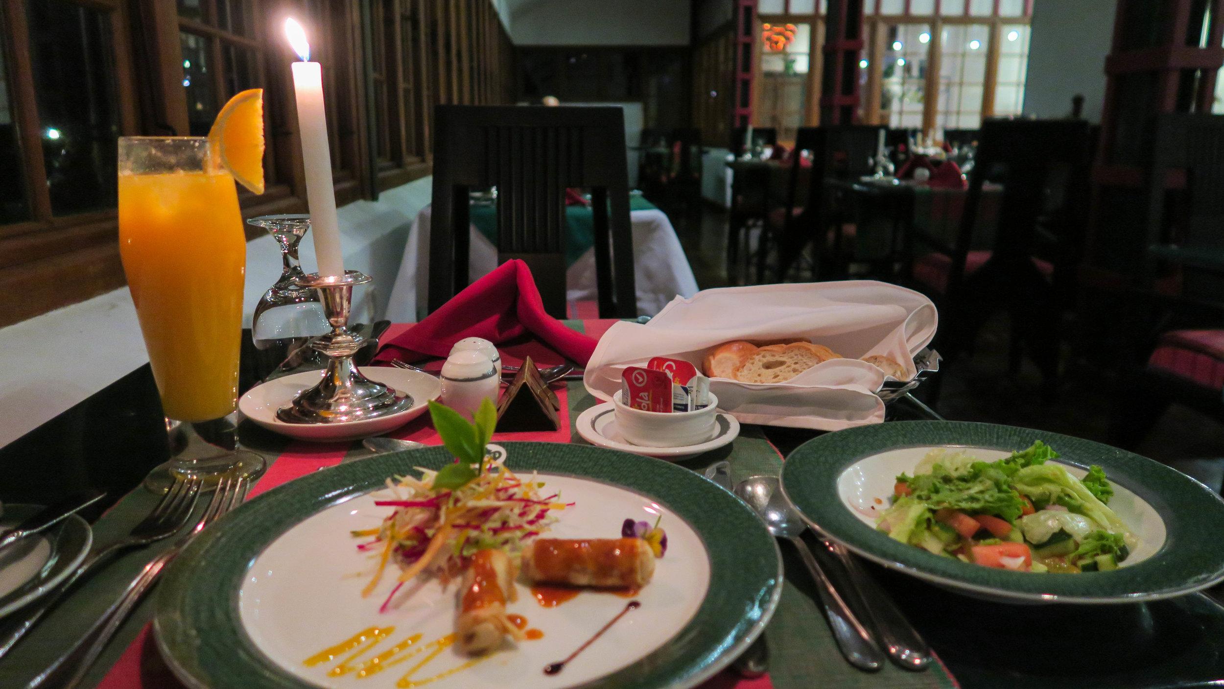 وجبة العشاء في فندق مصنع الشاي