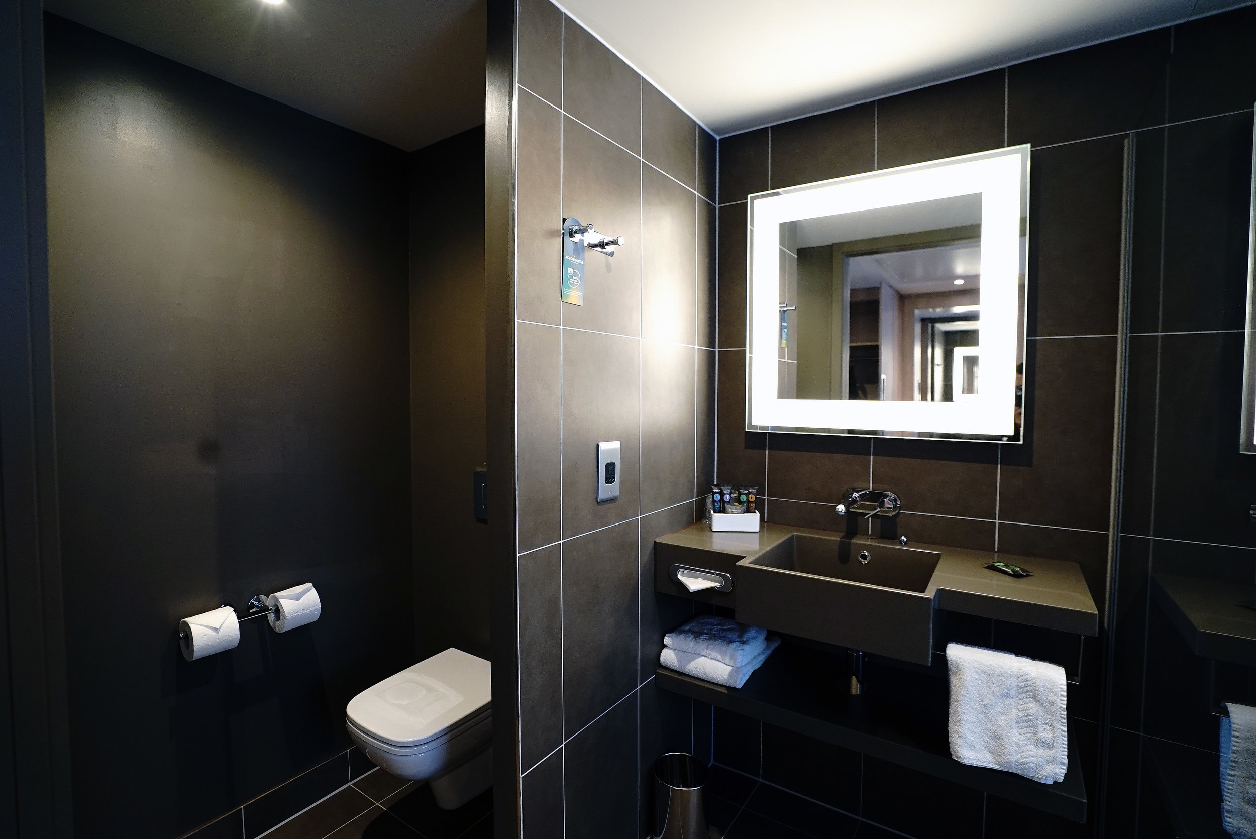 Novotel Brentford Hotel Bathroom L.jpg