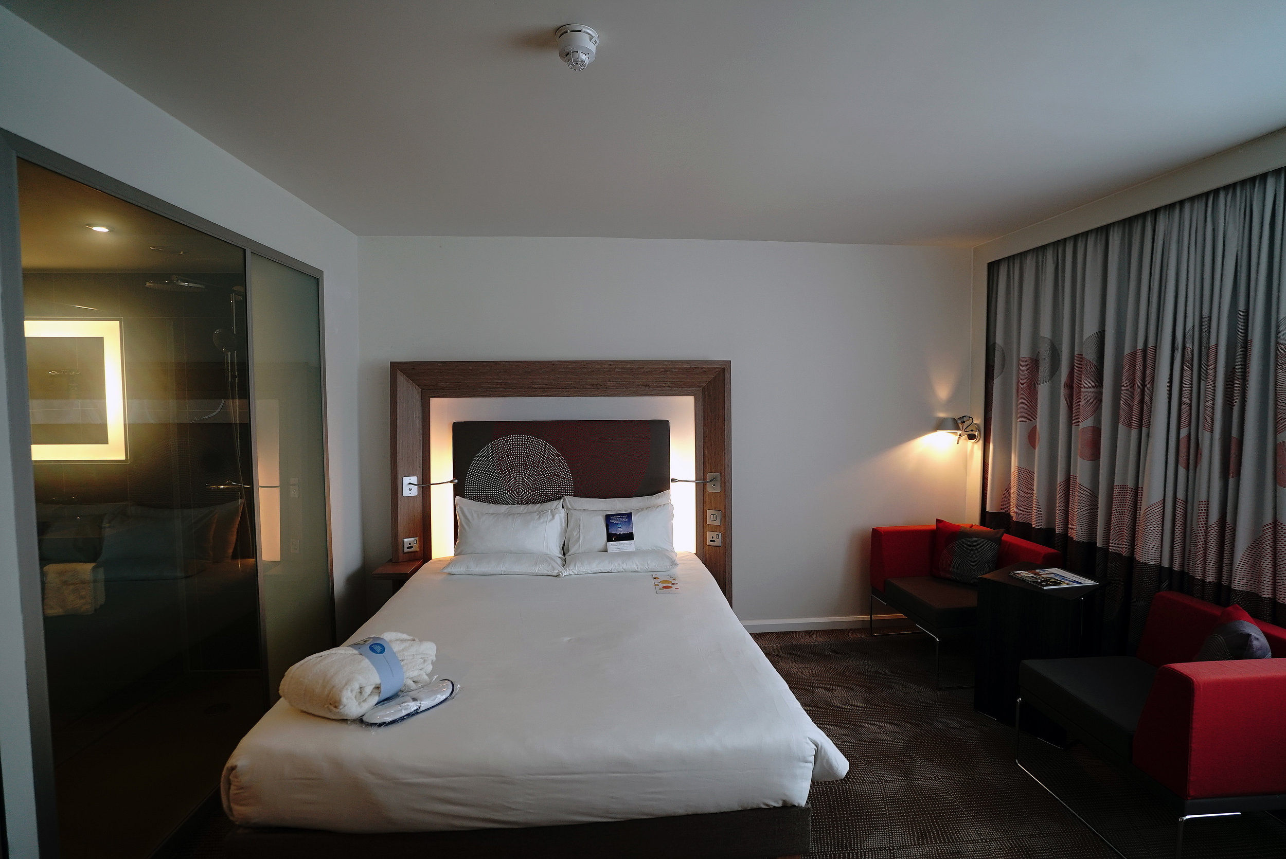 Novotel Brentford Hotel Bedroom 1 L.jpg