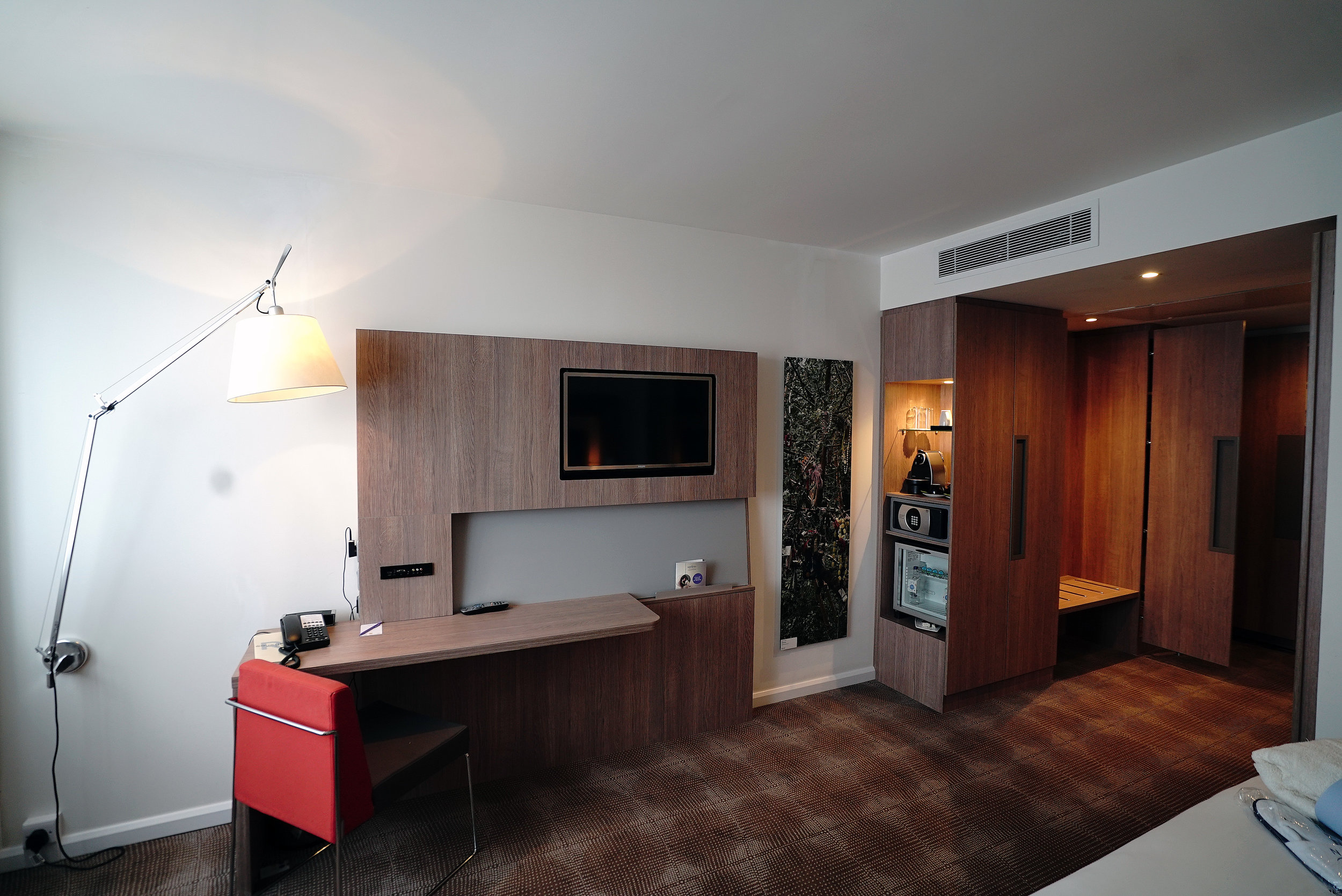 Novotel Brentford Hotel Bedroom 2 L.jpg