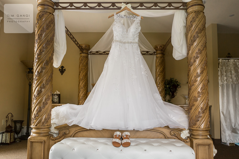 Woodstone's bridal suite is the perfect atmosphere for elegant details and bridesmaid photos.