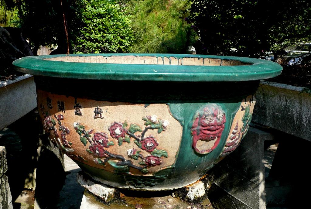 Antique Yingnan pot with medallion motif