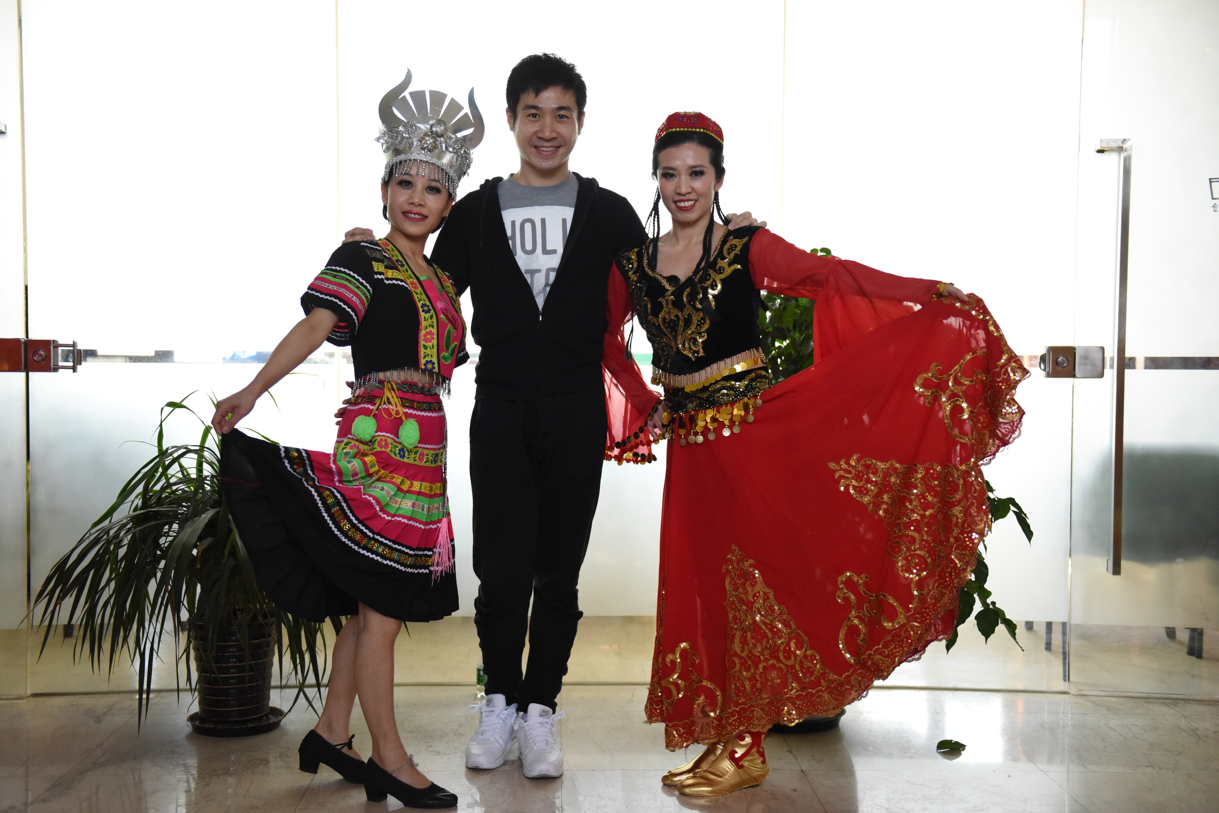 Jane Zhang  joined a dancing club, and recently, at a year-end gala party launched by the publishing company, she presents as a girl of Miao ethnic group. In the picture is Jane, her teammate and their dancing teacher.