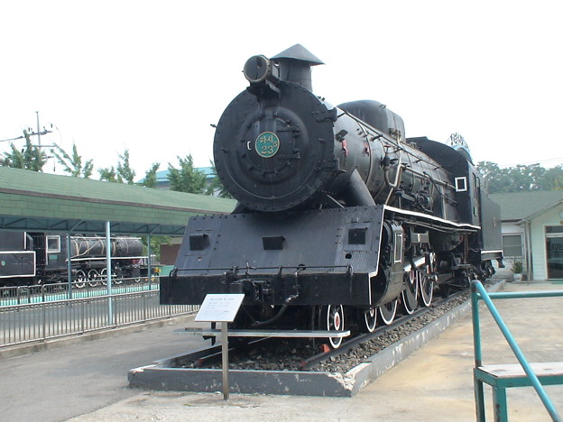 The Paci5-23 or 2-3 steam locomotives, used in the early 20th century, can lead five or six cars including the engine, dining car and three or four passenger cars.