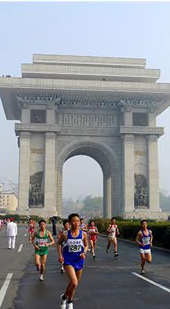 Marathoners pass by Arch Triumph