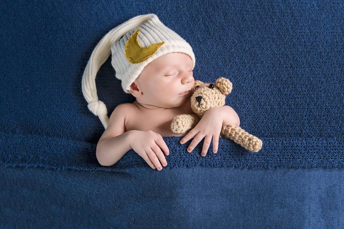 boy-cuddling-with-teddy-bear-knoxville-photographer.jpg