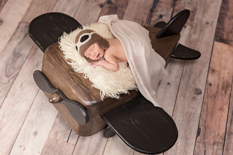 knxville-newborn-photographer-airplane-prop.jpg