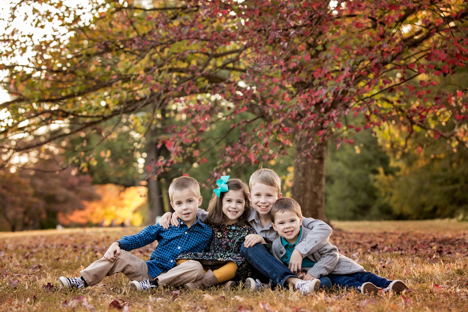 knoxville-family-photographer-four-siblings-hug.jpg