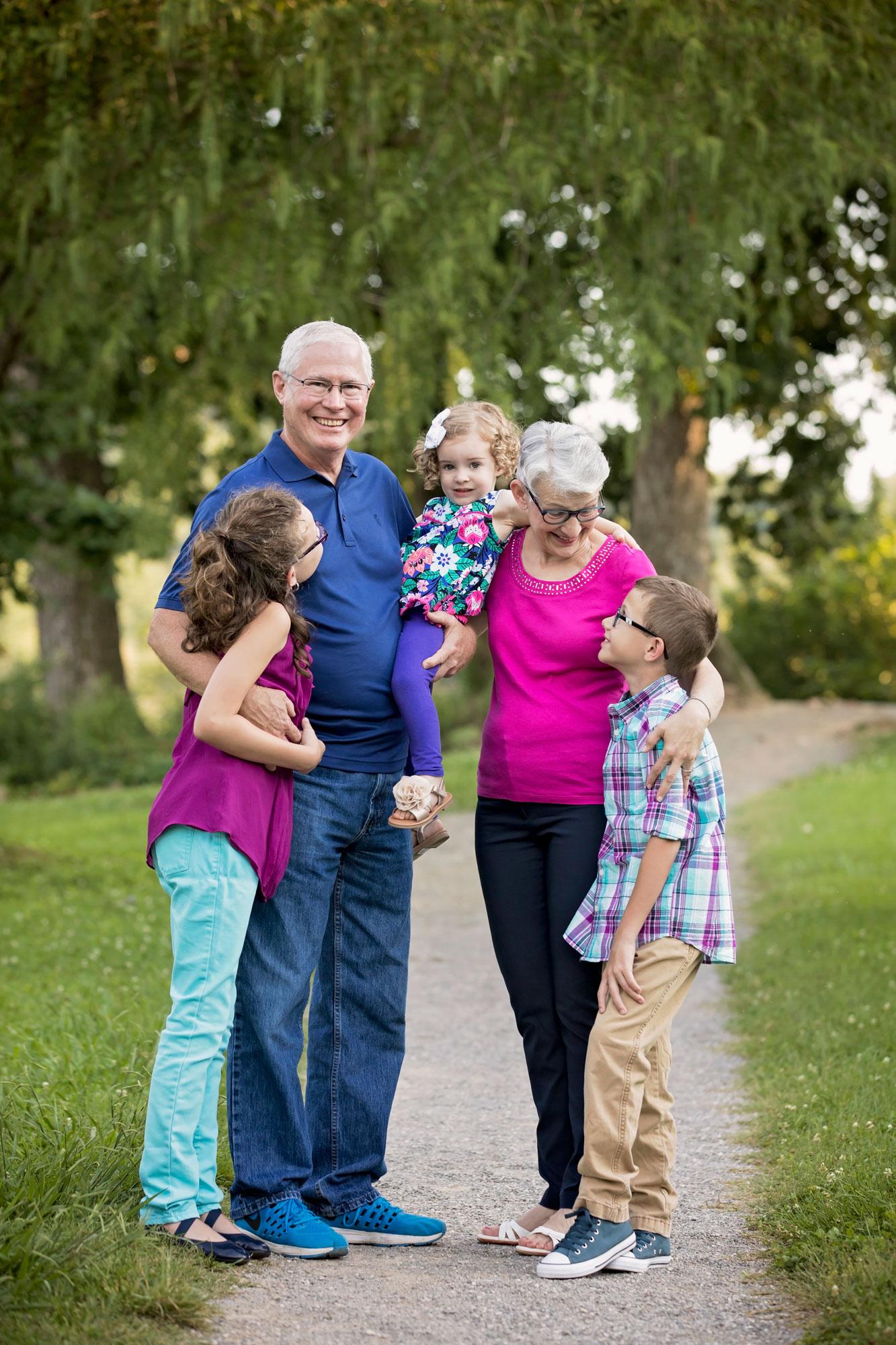 grandparent-hug-knoxville-photographer.jpg