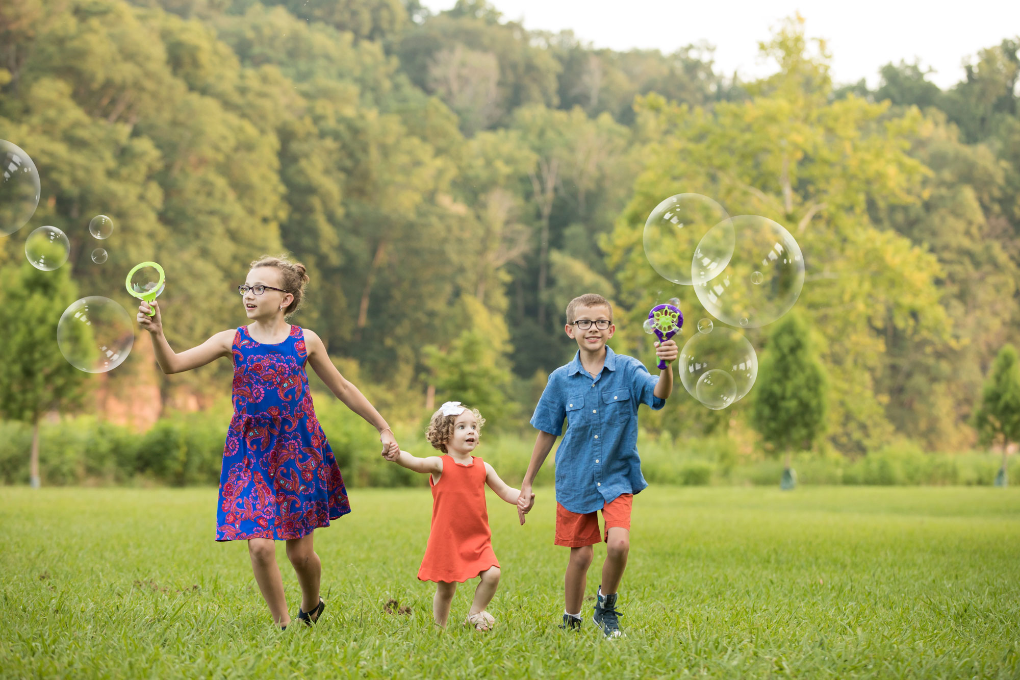 knoxville-photography-gatlinburg-photographers-cousins-with-bubbles.jpg