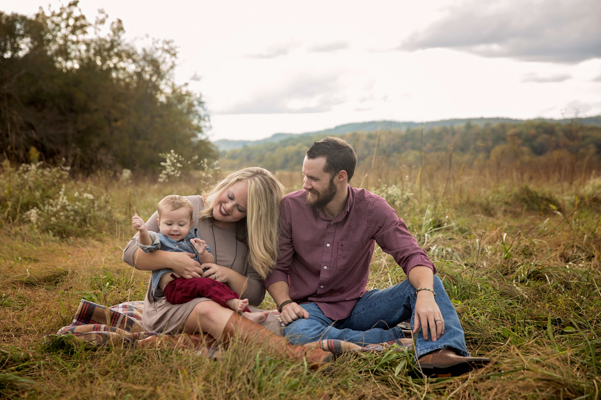 gatlinburg-photographer-family-smiling-in-grass.jpg