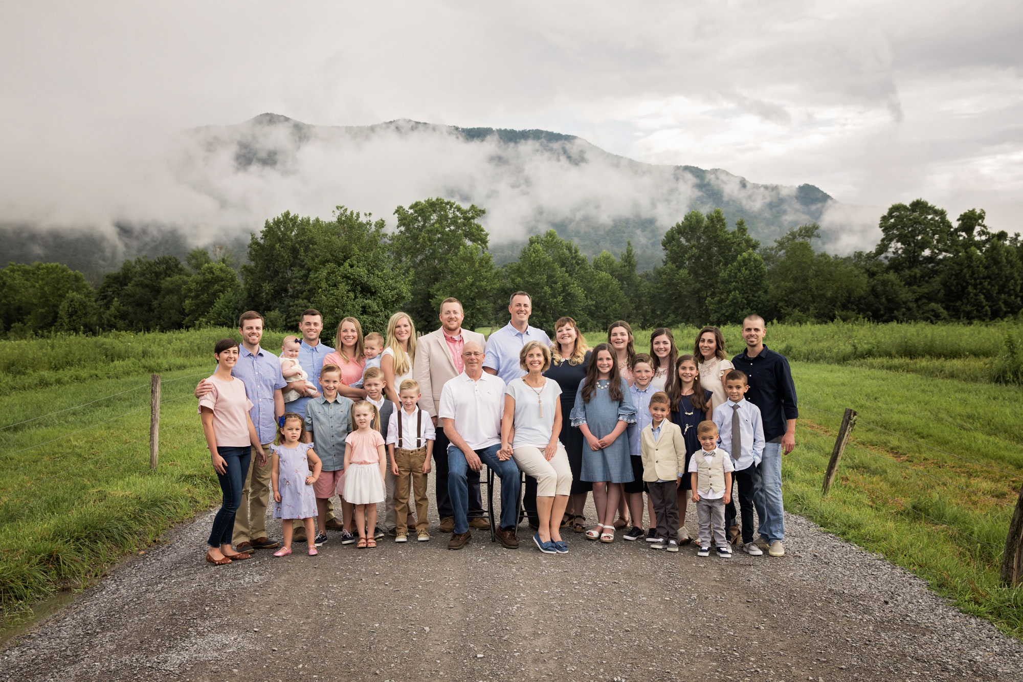 Gatlinburg-family-renion-photographer-lareg-family.jpg