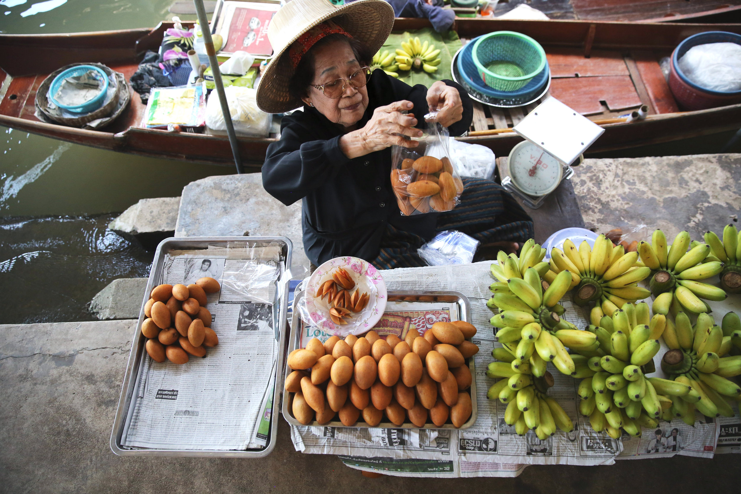 damnoen-saduak-floating-market-woman-bagged-fruit.jpg