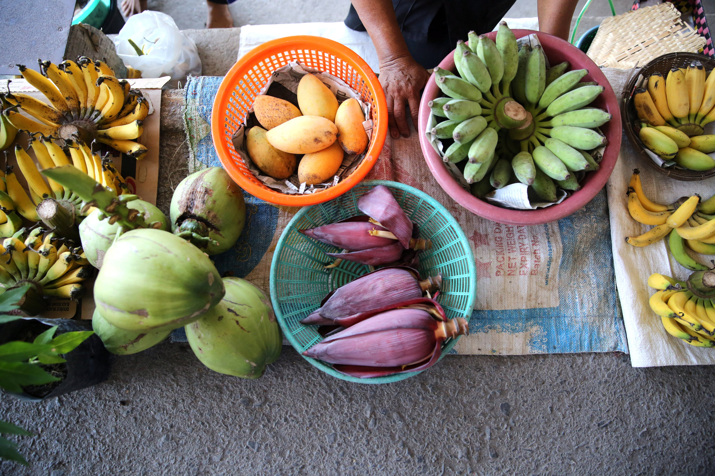 damnoen-saduak-floating-market-fruit-hands.jpg