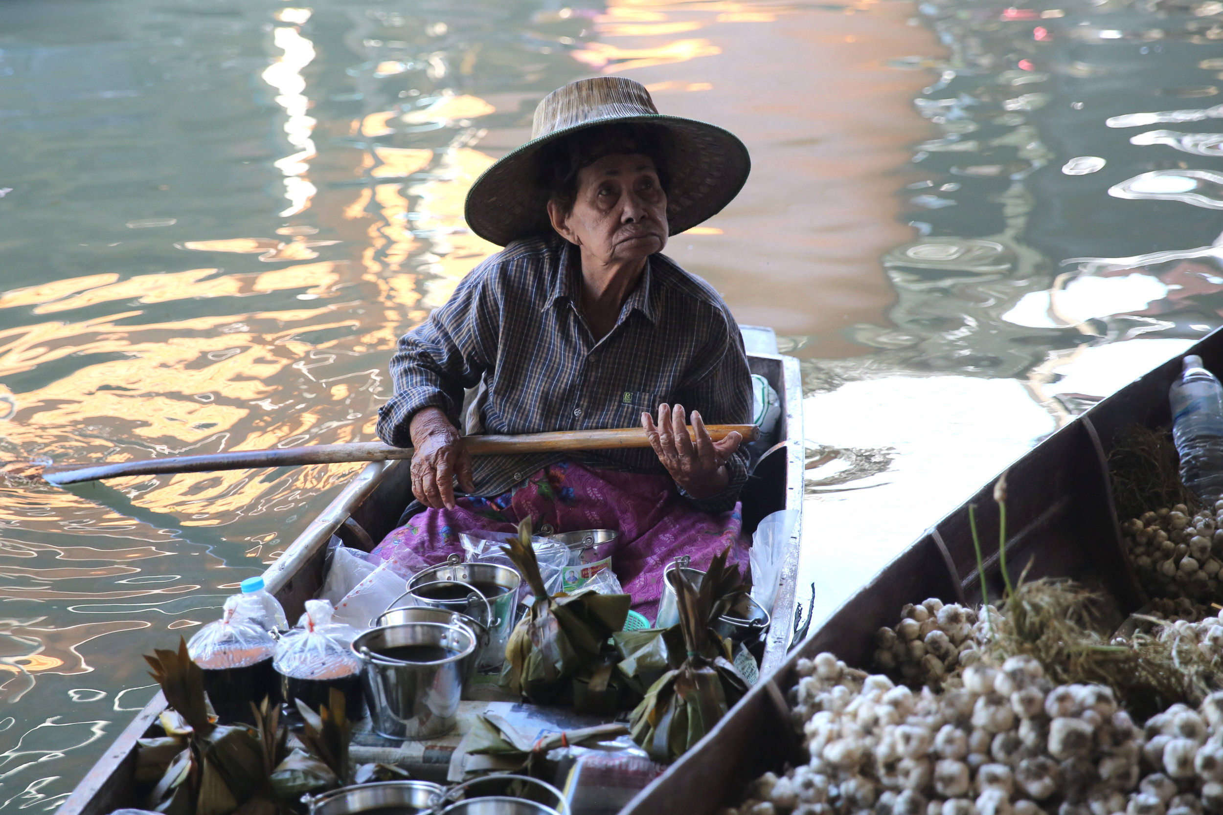 damnoen-saduak-floating-market-woman-boat-oar.jpg