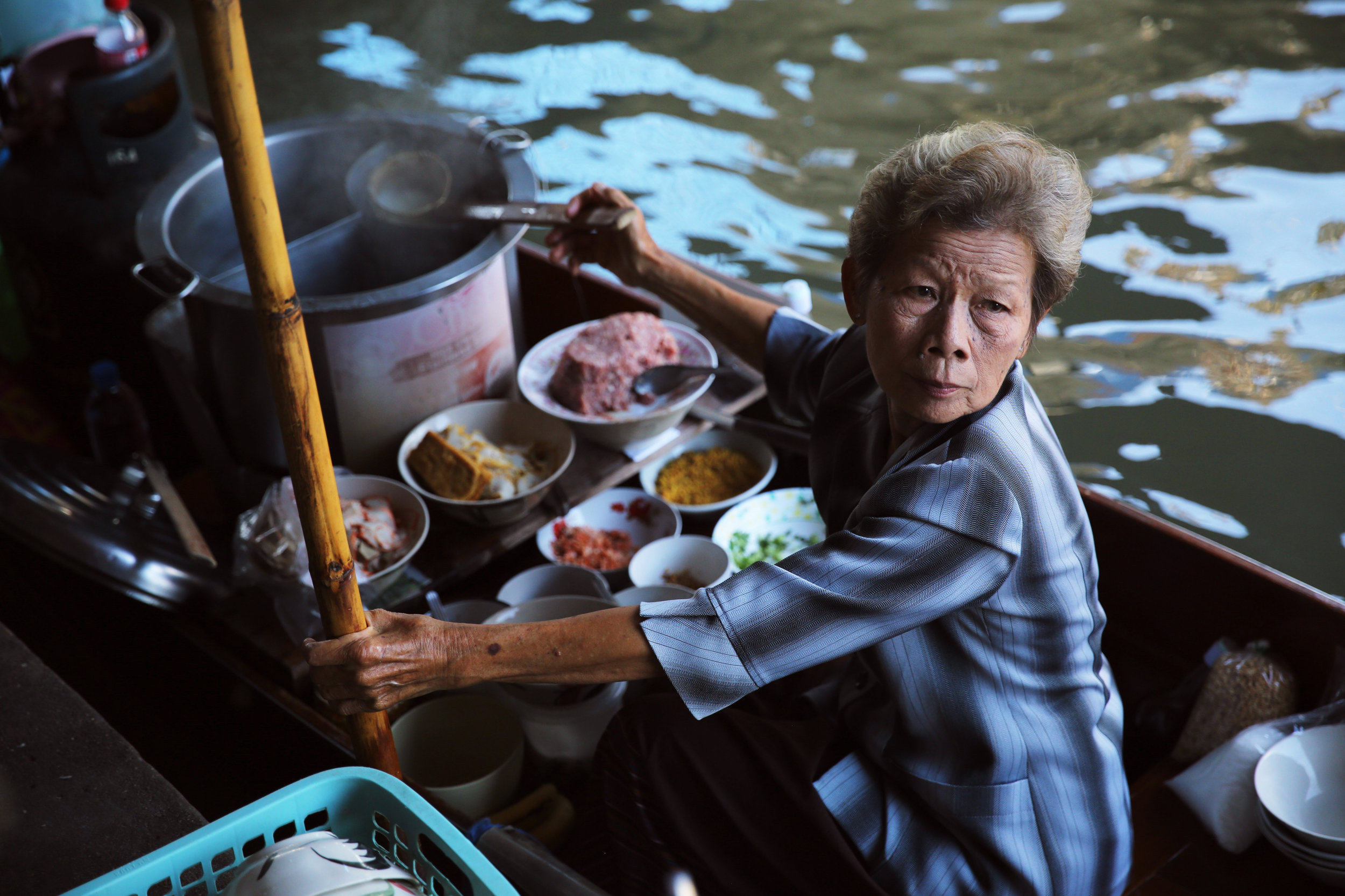damnoen-saduak-floating-market-soup-woman-1.jpg