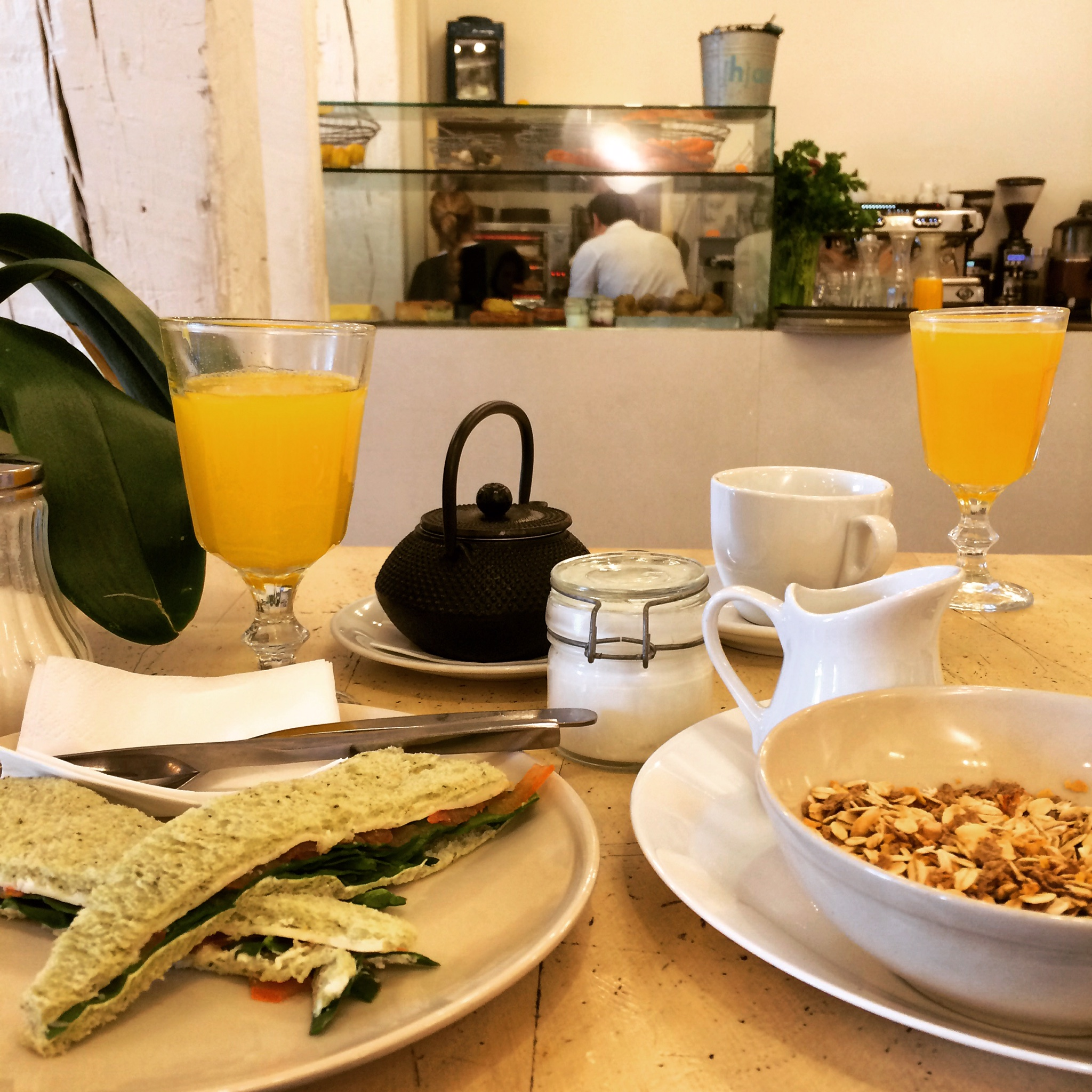 [h]arina   té, zumo de naranja, muesli con yogurt, sandwich vegetariana.
