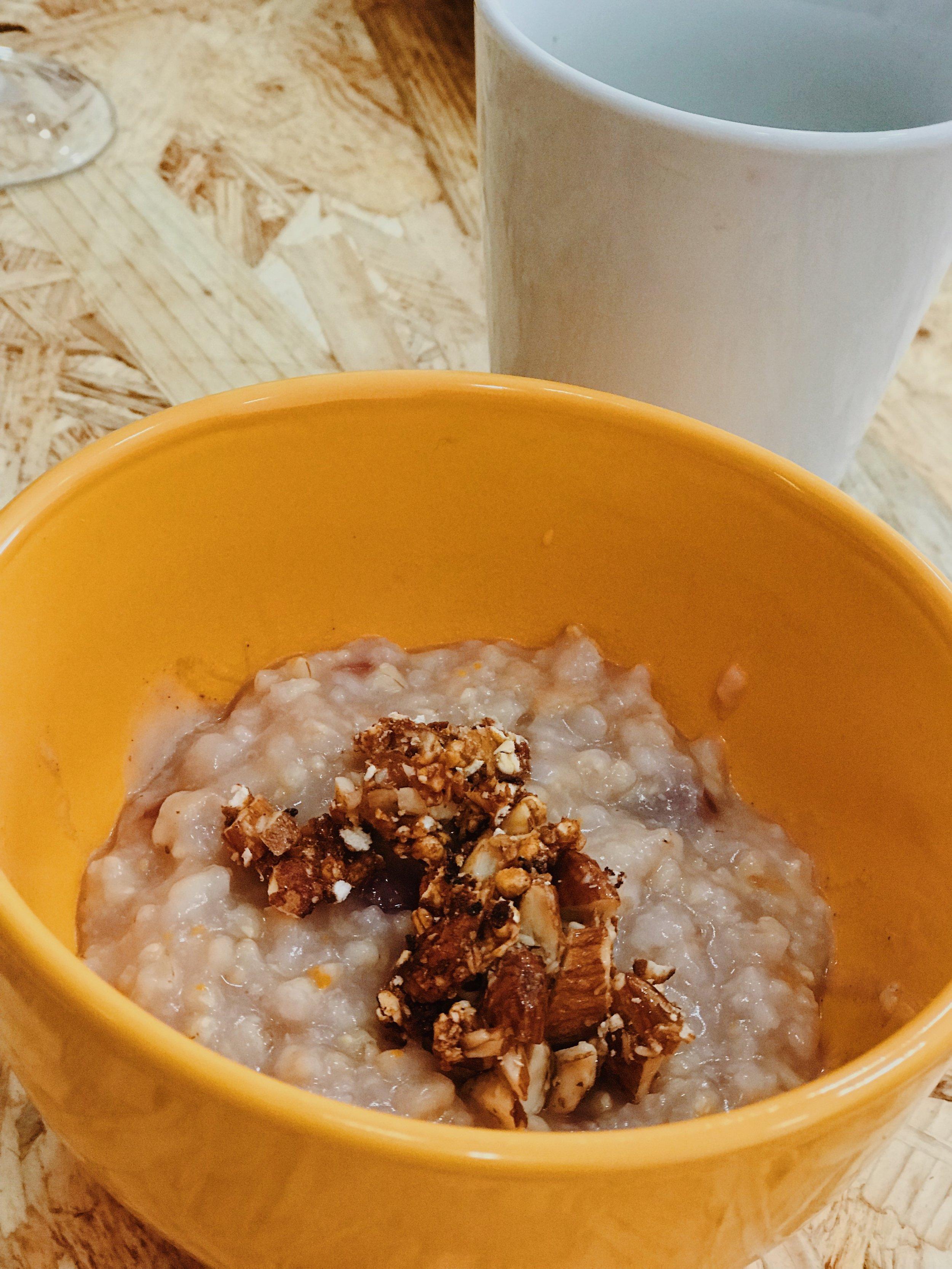 Creme de arroz integral servido com manteiga de frutos secos e amêndoas caramelizadas com malte de cevada