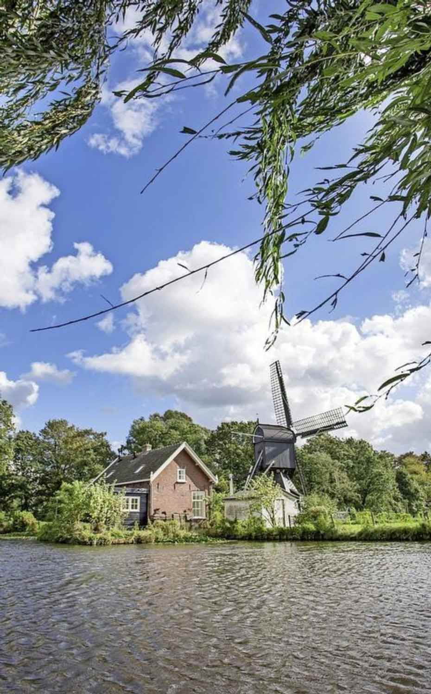 De idyllisch gelegen Schoterveense molen. PR foto